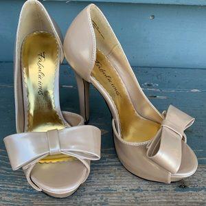 fabulicious lumina-32 beige/cream size 5 heels